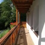 Balkon je v přízemí i v patře