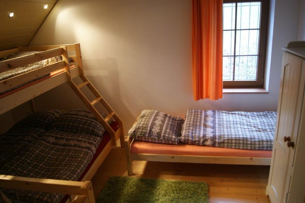 """První průchozí """"ložnice"""" pro 4 osoby se nachází na chodbě u schodů v mezipatře. Rozmyslete pohodlí  při objednávce nad 7 osob"""