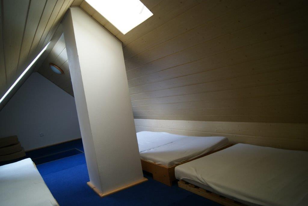 Podkroví - až 6 přistýlek, či hrací prostor pro děti za příplatek 500,-/ pobyt (běžně nenabízíme, máme zde vlastní uzamčený úložný prostor)